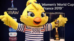 Ettie, la mascotte de la Coupe du monde 2019, lors de la présentation du trophée, le 7 décembre 2018 à Boulogne-Billancourt (Hauts-de-Seine). (FRANCK FIFE / AFP)