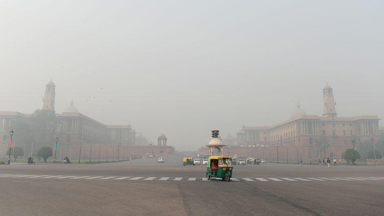 Les rues de New Delhiplongées dans une brume depollution, le 13 novembre 2017, en Inde. (SAJJAD HUSSAIN / AFP)