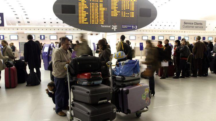 Un voyageur patiente à l'aéroport Roissy-Charles de Gaulle (Val d'Oise), le 28 octobre 2011. (AUBOIROUX / LE PARISIEN / MAXPPP)