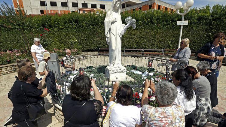 Des pélerins prient devant la statue de N-D de Medjugorje, à Medjugorje, en Bosnie Herzégovine, le 25 juin 2018. (FEHIM DEMIR / EPA)