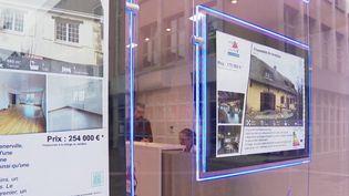 En période de confinement, les agences immobilières ont observé une hausse des demandes de renseignement sur les maisons loin des villes. (FRANCE 2)