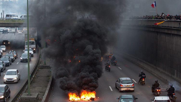 (Incidents sur le périphérique parisien mardi 26 novembre 2016 lors de la manifestations des taxis en colère © Maxppp)