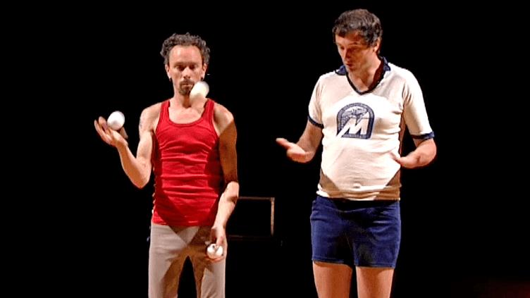 """L'un jongle, l'autre parle, Martin Palisse etHalory Goerger présentent à Avignon """"Il est trop tôt pour un titre""""  (France 3 / Culturebox)"""