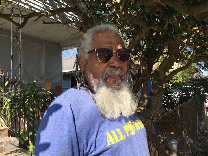L'ex-Black Panthers Malik Rahim, devant le portail de sa maison. (Ludovic Pauchant / Radio France)