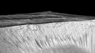 Image livrée par la Nasa de la surface de la planèteMars et de traces d'écoulement. (NASA)