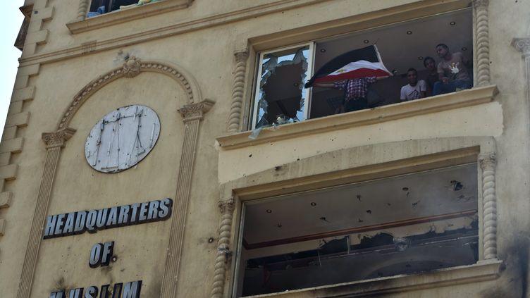 Le siège des Frères Musulmans, incendié et pris d'assaut par des manifestants, le 1er juillet 2013, au Caire (Egypte). (KHALED DESOUKI / AFP)