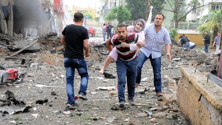 Une victime du double attentat est évacuée, le 11 mai 2013, àReyhanli (Turquie). (CEM GENCO / ANADOLU AGENCY / AFP)