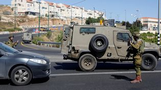 A Hébron (Cisjordanie), à proximité du domicile où une Israélienne de 13 ans a été poignardée par un Palestinien, le 30 juin 2016. (MUSSA QAWASMA / REUTERS)