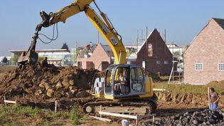 Une maison en construction à Estaires (Nord), en septembre 2011. (PHILIPPE HUGEN / AFP)