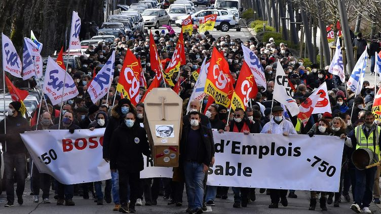Des salariés de Bosch manifestent contre les suppressions de postes, le 19 mars 2021 à Rodez (Aveyron). (GEORGES GOBET / AFP)