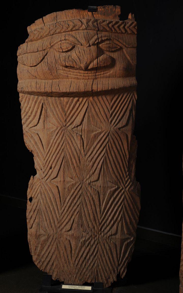 Applique de porte de case, bois de houp  (Musée de Nouvelle-Calédonie, Nouméa, Nouvelle-Calédonie / Eric Dell'Erba)