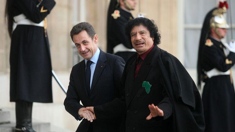Le chef d'État libyen Mouammar Kadhafi est reçu à l'Élysée le 12 décembre 2012 par son homologue Nicolas Sarkozy. (MAXPPP)