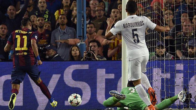 Neymar ouvre le score en prenant de vitesse la défense parisienne et Sirigu