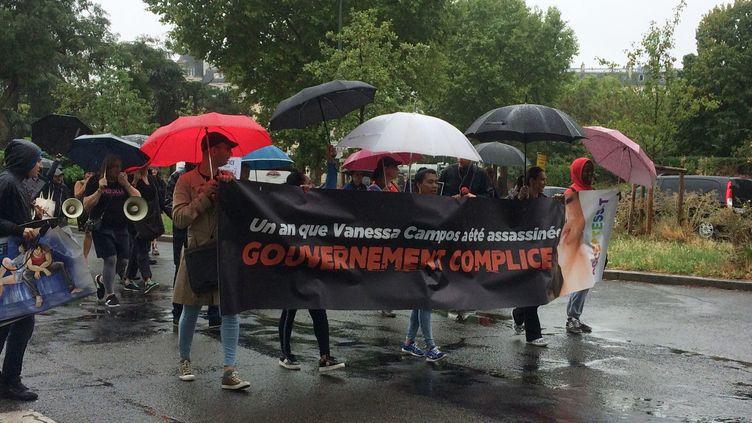 Une cinquantaine de personnes marchent pour rendre hommage à Vanesa Campos, prostituée transgenre, tuée il y a un an au Bois de Boulogne. (ARIANE GRIESSEL / RADIO FRANCE)