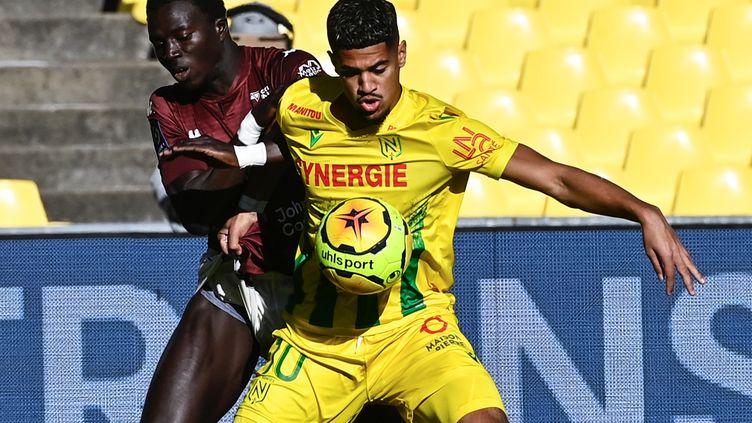 Le Nantais Ludovic Blas au duel avec le Messin Lamine Geye (DAMIEN MEYER / AFP)