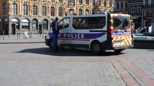 Un contrôle de police sur la place du Général De Gaulle à Lille (Nord), juste après la mise en place du confinement mardi 17 mars. (FRANCOIS CORTADE / FRANCE-BLEU NORD)