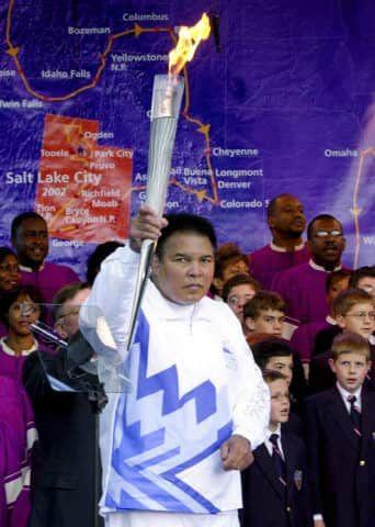 Mohamed Ali, premier porteur de la torche olympique pour les Jeux Olympiques d'hiver de Salt Lake City