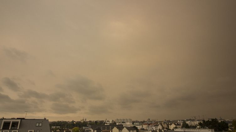 Un ciel jaune, dû à de la poussière de sable, au-dessus de la ville de Rennes (Ille-et-Vilaine), le 16 octobre 2017. (MARTIN BERTRAND / HANS LUCAS / AFP)