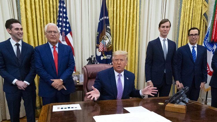 Donald Trump annonce, lors d'une réunion avec les dirigeants d'Israël et des Emirats arabes unis, un accord de paix pour établir des liens diplomatiques entre ces deux Etats, dans le bureau ovale de la Maison Blanche à Washington (Etats-Unis), le 13 août 2020. (POOL / GETTY IMAGES NORTH AMERICA / AFP)
