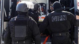 Des policiers du Groupe d'intervention de la police nationale après une perquisition dans un immeuble de Cannes (Alpes-Maritimes), le 6 octobre 2012. (JEAN-CHRISTOPHE MAGNENET / AFP)