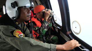 Des militaires indonésiens recherchent des traces de l'avion d'AirAsia disparu, le 1er janvier 2015 en mer de Java. (BAGUS INDAHONO / AFP)