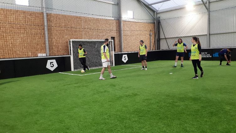 Des jeunes joueurs disputent une partie de foot à cinq. (CECILIA ARBONA / RADIO FRANCE)
