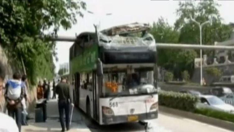Captured'écran, le 27 avril 2014, un bus à deux étages décapité àWuhan dans la province centrale du Hubei en Chine ( JNA / REUTERS)