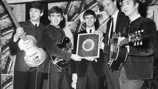 Les Beatles entourent leur producteur George Martin (deuxième à droite), le 4 août 1963 à Londres (Grande-Bretagne). (MAXPPP)