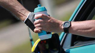 Les coureurs cyclistes ont désormais l'interdiction de jeter leurs bidons (illustration). (KENZO TRIBOUILLARD / AFP)