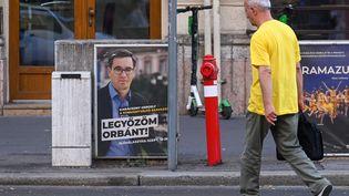 Une affiche du maire de Budapest (Hongrie),Gergely Karacsony, opposant à Viktor Orban, le 15 septembre 2021. (ATTILA KISBENEDEK / AFP)