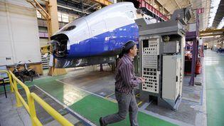 Ouvrier travaillant sur la fabrication des TGV chez Alstom à Belfort. (SEBASTIEN BOZON / AFP)