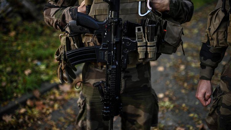 Des soldats français de l'opération Sentinelle se préparent avant une patrouille, le 6 novembre 2020 à Paris. (CHRISTOPHE ARCHAMBAULT / AFP)