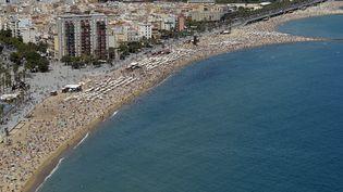 Les plages deBarceloneta dans la banlieue de Barcelone, le 17 août 2015. (ALBERT GEA / REUTERS)