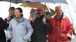 Ségolène Royal et Olivier Falorni (imperméable rouge), séparés par Maxime Bono, le député socialiste sortant dans la 1re circonscription de Charente-Maritime dont ils briguent tous deux le siège, le 20 mai 2012 à La Rochelle. (XAVIER LEOTY / MAXPPP)