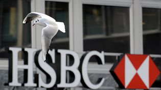 Une mouette devant une agence HSBC à Genève, le 9 décembre 2009. (FABRICE COFFRINI / AFP)