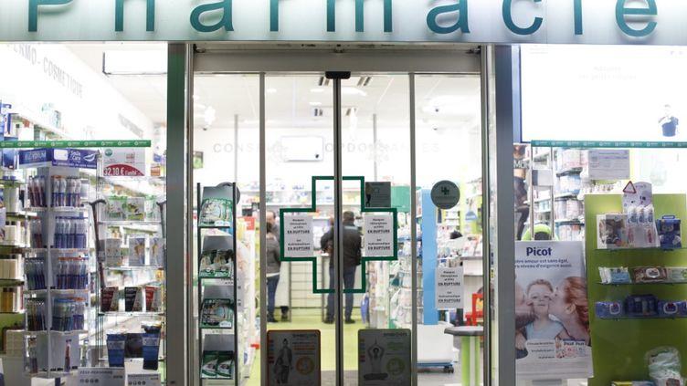 La devanture d'une pharmacie parisienne, le 7 mars 2020, lors de l'épidémie de coronavirus Covid-19. (MEHDI TAAMALLAH / NURPHOTO)