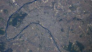 Paris vu depuis la Station spatiale internationale, sur une photo publiée sur Twitter par Thomas Pesquet le 28 avril 2021. (THOMAS PESQUET / TWITTER)