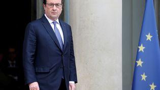 François Hollande sur le perron du palais de l'Elysée, le 25 juin 2016, à Paris. (JACKY NAEGELEN / REUTERS)