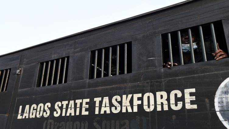 Des manifestants sont détenus dans un camion après avoir été arrêtés lors d'une manifestation contre la brutalité policière, à Lagos, au Nigeria, le 13 février 2021. (PIUS UTOMI EKPEI / AFP)