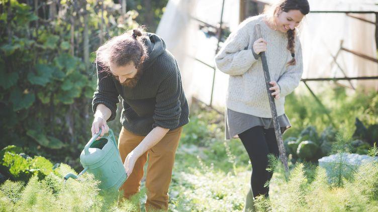Un jeune couple jardine le 27 février 2015. (EUGENIO MARONGIU / CULTURA CREATIVE)