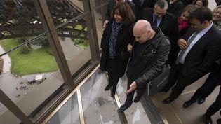 Anne Hidalgo, maire de Paris, lors de l'inaguration du premier étage de la Tour Eiffel et de son plancher de verre  (LIONEL BONAVENTURE / AFP)