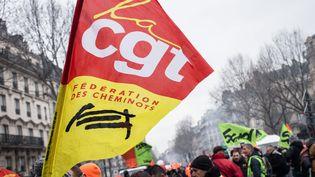 Un drapeau de la CGT-Cheminots dans le cortège parisien de la manifestation nationale du 22 mars 2018. (MAXPPP)