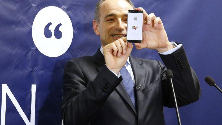 Jean-François Copé prend une photo avec son téléphone, lors d'un meeting, le 31 mai 2016, à Paris. (MATTHIEU ALEXANDRE / AFP)