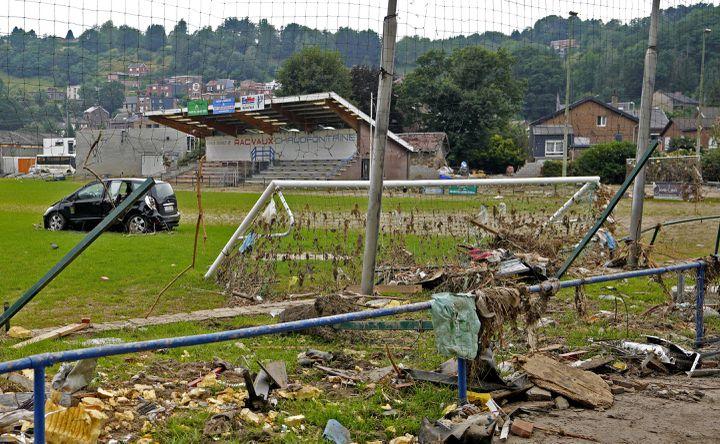 Une voiture endommagée et d'autres débris jonchent le terrain de jeu d'un stade de football après une inondation à Vaux-sous-Chèvremont, en Belgique, le 24 juillet 2021. (VIRGINIA MAYO/AP/SIPA / SIPA)