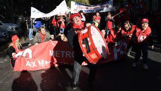 Des manifestants défilent à Marseille (Bouches-du-Rhônes) contre les ordonnances Macron, le 16 novembre 2017. (BORIS HORVAT / AFP)