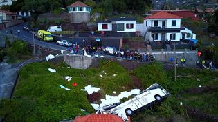 Un car accidenté, le 17 avril 2019, à Canico, sur l'île de Madère (Portugal). (AFP)