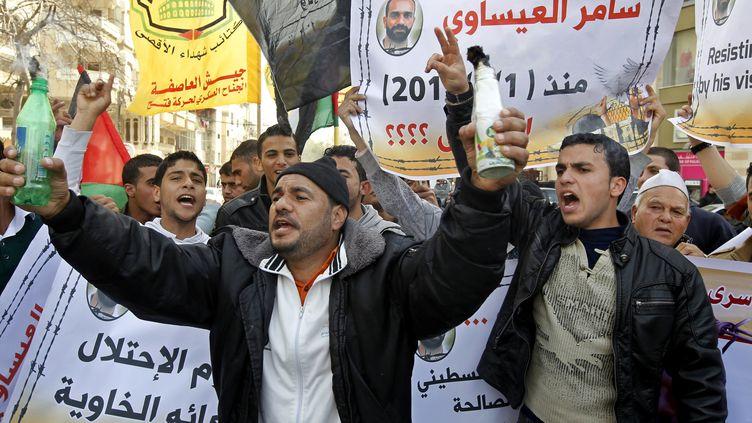 Des Palestiniens manifestent, le 25 février 2013, dans la ville de Gaza,après les funérailles d'un prisonnier palestinien. (MOHAMMED ABED / AFP)