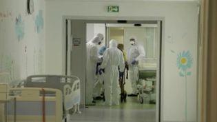 Des tests et des études sont en cours pour établir des statistiques fiables sur le Covid-19. Un syndrome inquiétant est aussi apparu chez certains patients. (FRANCE 2)