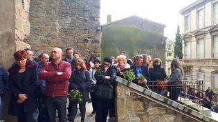 Des habitants se recueillent à Trèbes, dans l'Aude, dimanche 25 mars 2018. (BENJAMIN ILLY / RADIO FRANCE)