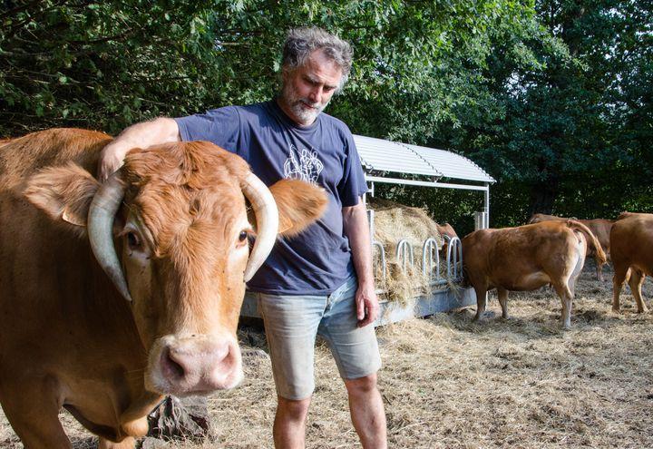Olivier Thouret avec ses bêtes, le 27 août 2019 à Soubrebost (Creuse). (THOMAS BAIETTO / FRANCEINFO)